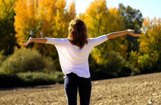 woman feeling free after online anxiety therapy and online depression therapy simi Valley ca 93065